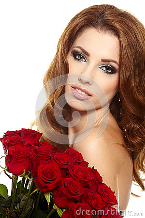Femelle retenant le bouquet de roses rouges