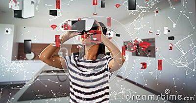 Femme à l'aide du casque de réalité virtuelle avec les icônes digitalement produites 4k banque de vidéos