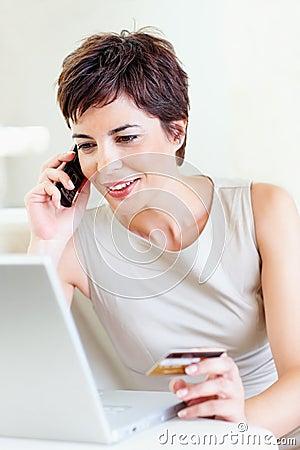 Femme achetant le produit utilisant son ordinateur portable