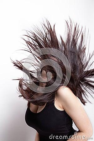 Femme active avec le cheveu dans le mouvement