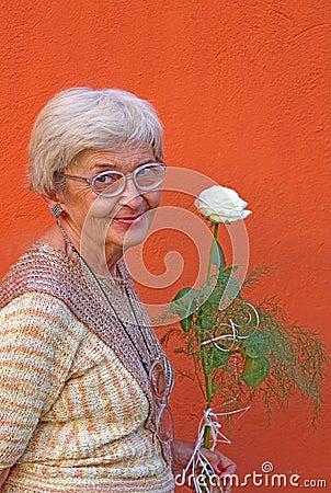 Femme aînée heureuse