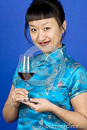 Femme asiatique femme vin rouge