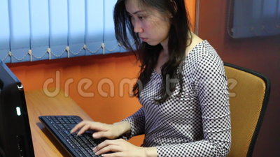 Femme asiatique dactylographiant sur l'ordinateur banque de vidéos