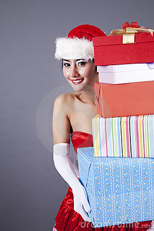 Femme asiatique en cadeaux de transport de Noël