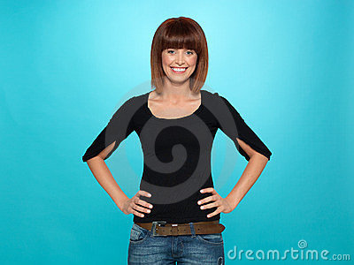 Femme assez jeune avec le sourire toothy