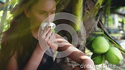 Femme assise sous les palmiers vacances exotiques banque de vidéos