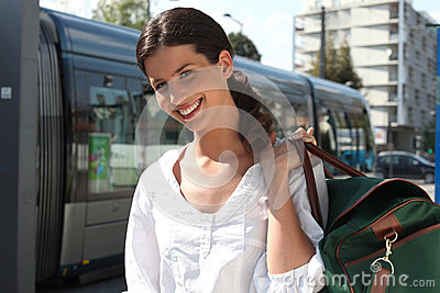 Femme attendant le tramway