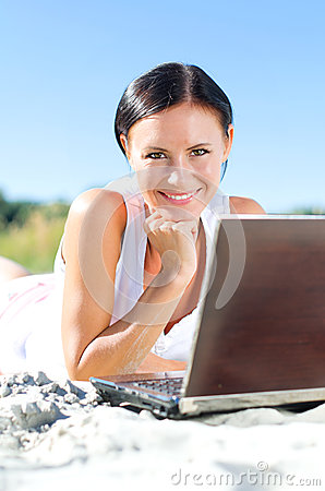 Femme attirante avec l ordinateur portable