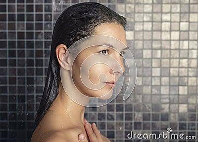 femme attirante se lavant les cheveux dans la douche photo stock image 49178770. Black Bedroom Furniture Sets. Home Design Ideas