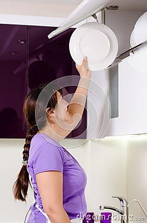 Femme au foyer attirante faisant la vaisselle photo stock for Femme au foyer 1900
