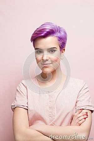femme aux cheveux violets au pastel rose souriant photo stock image 66903413. Black Bedroom Furniture Sets. Home Design Ideas