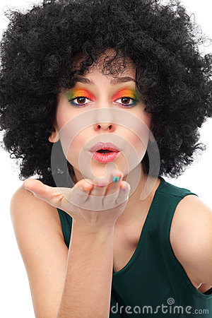 Femme avec Afro soufflant un baiser