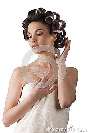 Femme avec des rouleaux de cheveu