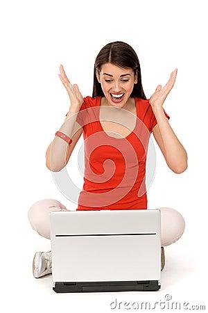 Femme avec encourager d ordinateur portatif