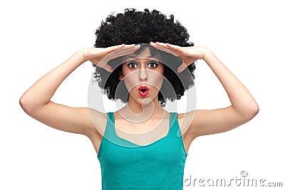 Femme avec l examination Afro la distance