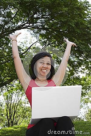 Femme avec l ordinateur portatif