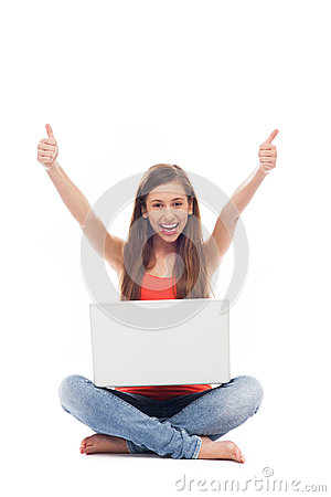 Femme avec l ordinateur portatif affichant des pouces vers le haut
