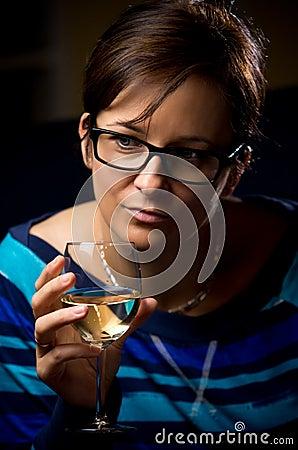 Femme avec la glace de vin