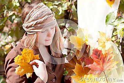 Femme avec la robe d automne