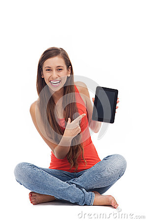 Femme avec la tablette digitale