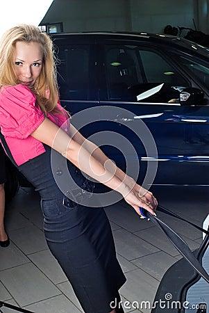 Femme avec la valise