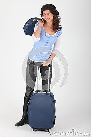 Femme avec le bagage de course