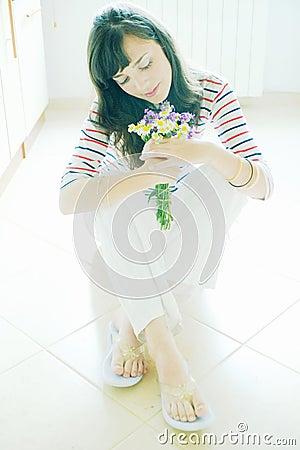 Femme avec le bouquet de wildflower