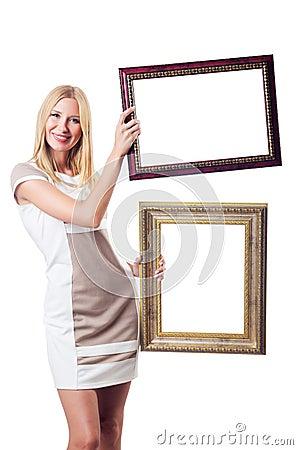 Femme avec le cadre de tableau