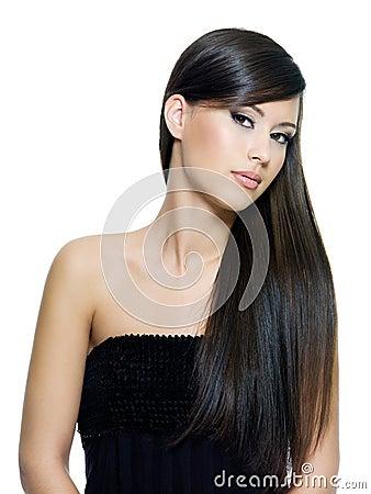 Femme avec le cheveu brun longtemps droit