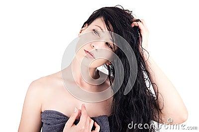 Femme avec le cheveu humide