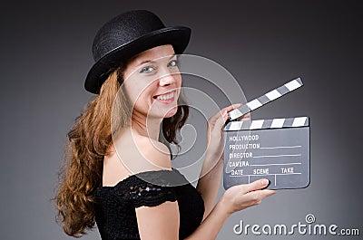 Femme avec le clapet de film