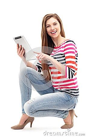 Femme avec le comprimé numérique