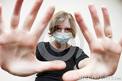 Femme avec le masque médical