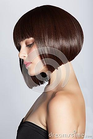 Femme avec le plomb de brunette