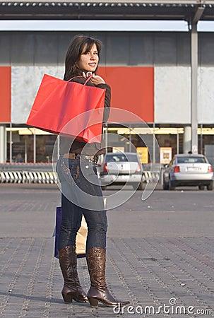 Femme avec le sac à provisions rouge