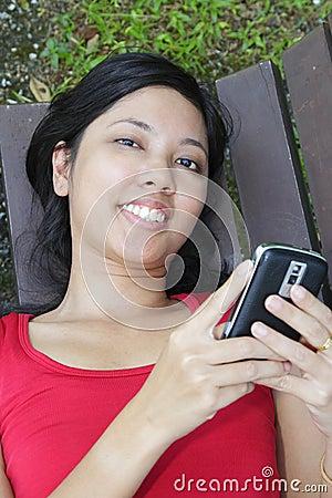 Femme avec le téléphone