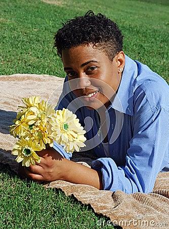 Femme avec les fleurs jaunes