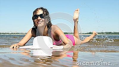 Femme avec un beau corps sur la plage banque de vidéos