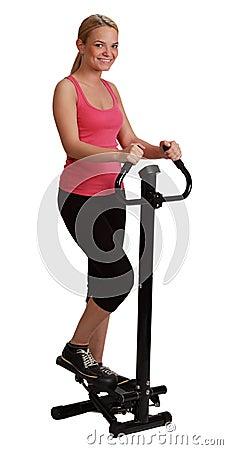 Femme blonde s exerçant sur un de pas