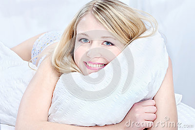 Femme blonde sur l oreiller