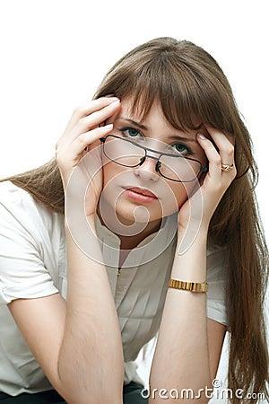 Femme bouleversée de jeunes d isolement sur le fond blanc