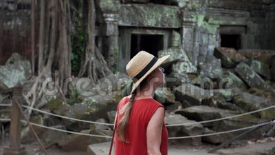 Femme caucasienne dans des ruines les explorant de robe rouge de temple de Prohm de ventres banque de vidéos