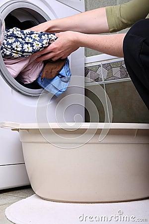 Femme chargeant la machine laver dans la salle de bains - Machine a laver dans salle de bain ...