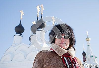 Femme contre des dômes d orthodoxie
