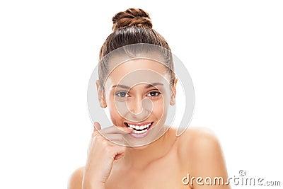 Femme coquet mordant son clou