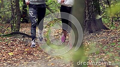 femme 2 courue dans la forêt banque de vidéos