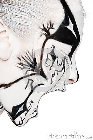 Femme criarde avec la peinture noire et blanche sur le visage photo stock image 41077421 - Peinture sur visage ...