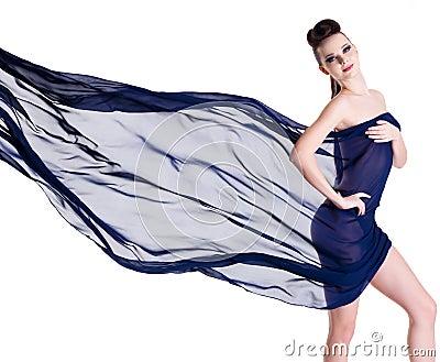 Femme d élégance posant avec la mousseline de soie