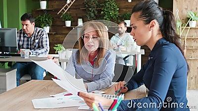 Femme d'affaires d'âge moyen ayant une discussion avec son partenaire gérant banque de vidéos