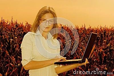 Femme d affaires avec l ordinateur portatif